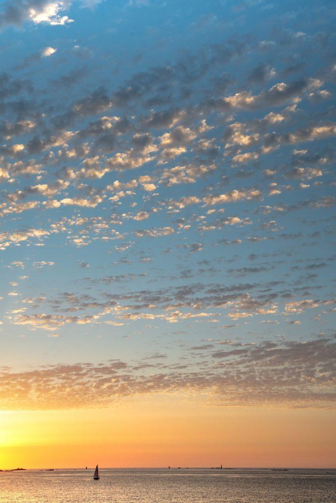 bateau sur la mer au soleil couchant