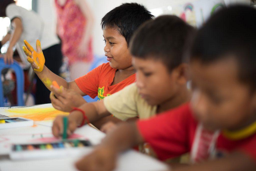 Enfants qui découvre les pastels secs