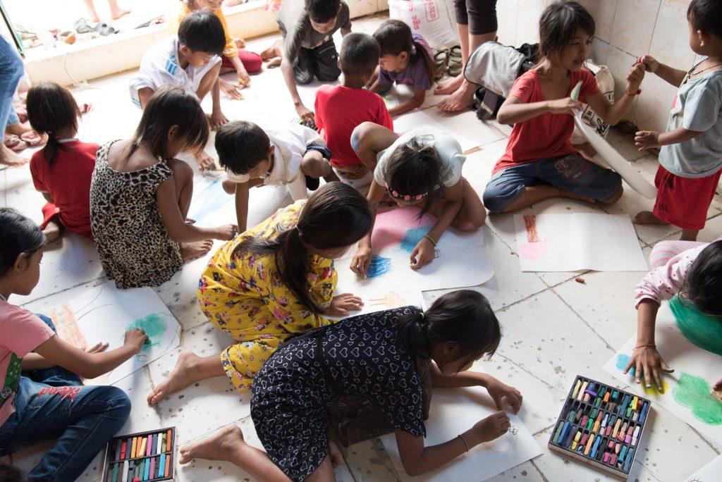 Enfans qui dessinent sur le sol