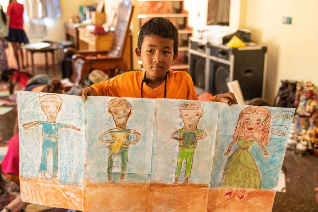 Enfant qui montre sa réalisation avec fierté
