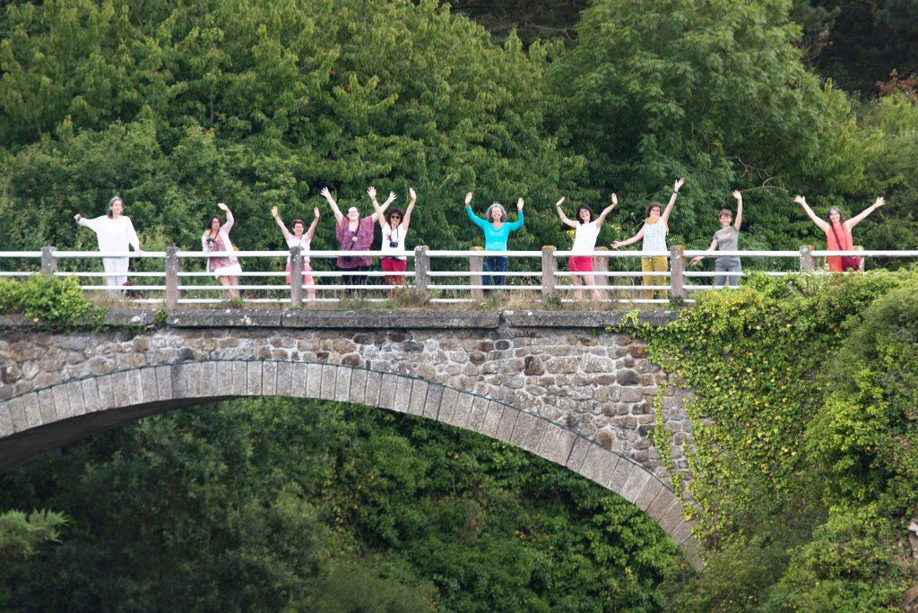 personnes joyeuses sur un pont