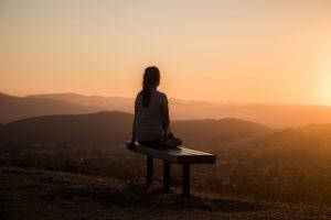 Personne méditant en haut d'une montagne