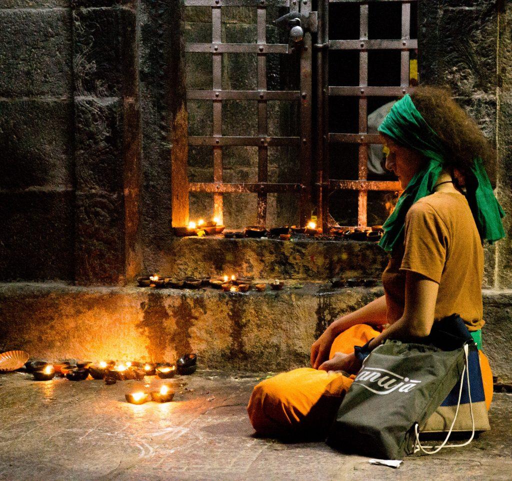 Personne qui médite dans un temple en Inde